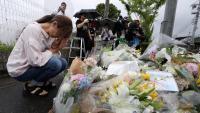Una dona prega per les víctimes de l'incendi, divendres a Kyoto
