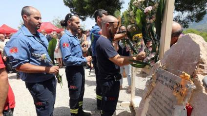 Companys dels bombers morts fa deu anys a Horta de Sant Joan, durant l'homenatge celebrat aquest diumenge