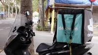 Imatge d'arxiu d'una moto amb una motxilla de Deliveroo,
