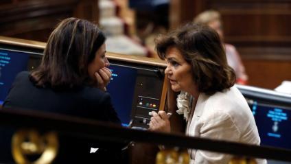 La diputada socialista Adriana Lastra i la vicepresidenta Carmen Calvo, aquest dimarts al Congrés