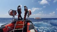 Un vaixell de rescat de MSF s'apropa a una embarcació pneumàtica, a principis d'agost