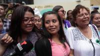 La jove acusada d'homicidi per un suposat avortament, Evelyn Hernández (c), reacciona després de conèixer la nova sentència