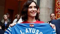 Isabel Díaz Ayuso mostra una samarreta del Getafe amb el seu nom, durant la presa de possessió d'aquest dilluns