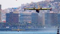 Tres dels quatre hidroavions que lluiten contra l'incendi a l'illa, carregant aigua aquest dilluns a la badia de Las Palmas de Gran Canària