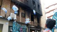 L'edifici afectat pel foc que ha cremat part del guarnit del carrer Llibertat de Gràcia