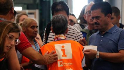 Una treballadora de Renfe atén alguns dels usuaris afectats, aquest divendres a l'estació de Sants