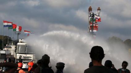 La policia francesa carrega amb canons d'aigua contra els manifestants, aquest dissabte a Baiona