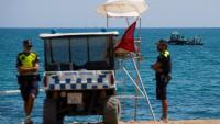 Agents de la Guàrdia Urbana vigilen l'accés a la platja de Sant Sebastià, aquest diumenge a la Barceloneta