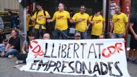 Alguns dels activistes encadenats a l'entrada de l'estació d'Arc de Triomf, aquest dissabte a Barcelona