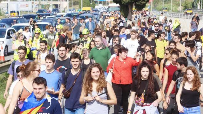 Centenars de persones arriben caminant a l'Aeroport del Prat