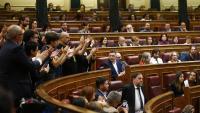 El president d'ERC, Oriol Junqueras, aplaudit pels diputats republicans a la constitució del Congrés