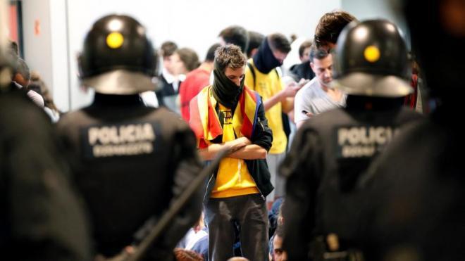 Mossos d'Esquadra retenen manifestants al vestíbul del mentro de la T1