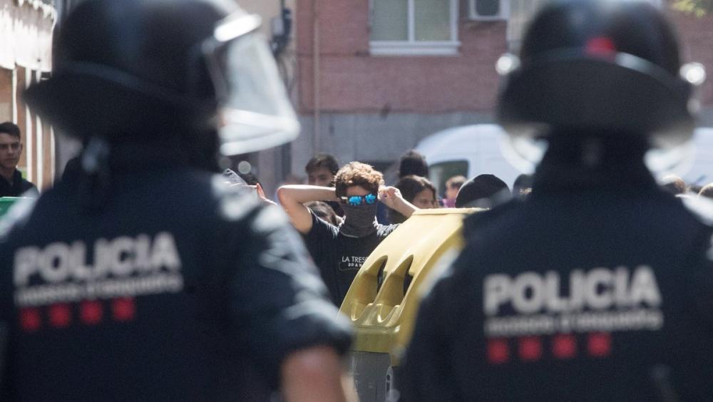 Dos agents dels Mossos desplegats a Horta Guinadró, aquest dimecres durant una protesta contra un acte d'Albert Rivera