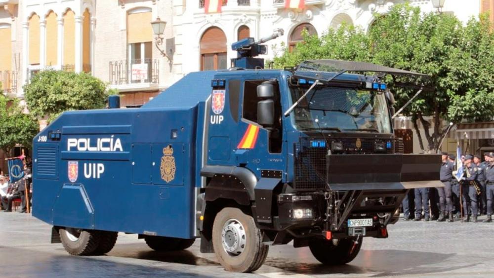 Imatge del camió amb canó d'aigua de la Policía Nacional espanyola
