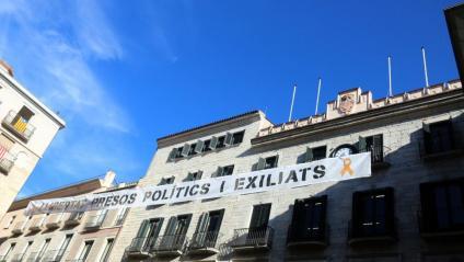 L'Ajuntament de Girona, sense pancarta pròpia a la façana