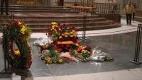 Ofrenes florals a la tomba de Franco en l'últim dia d'obertura al públic de la basílica, divendres passat al Valle de los Caídos