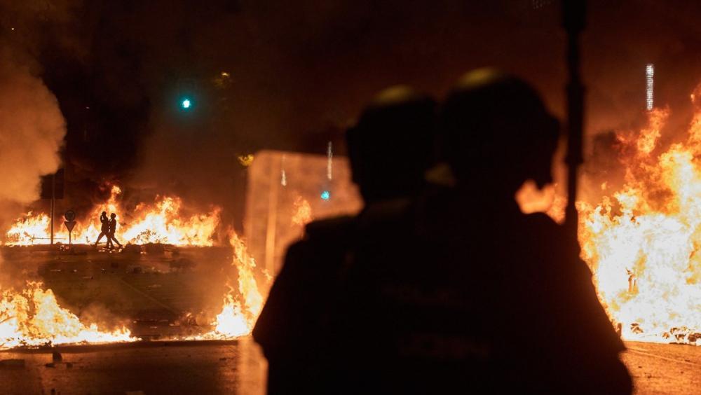 Dos antiavalots durant els incidents a Girona, dimecres a la nit
