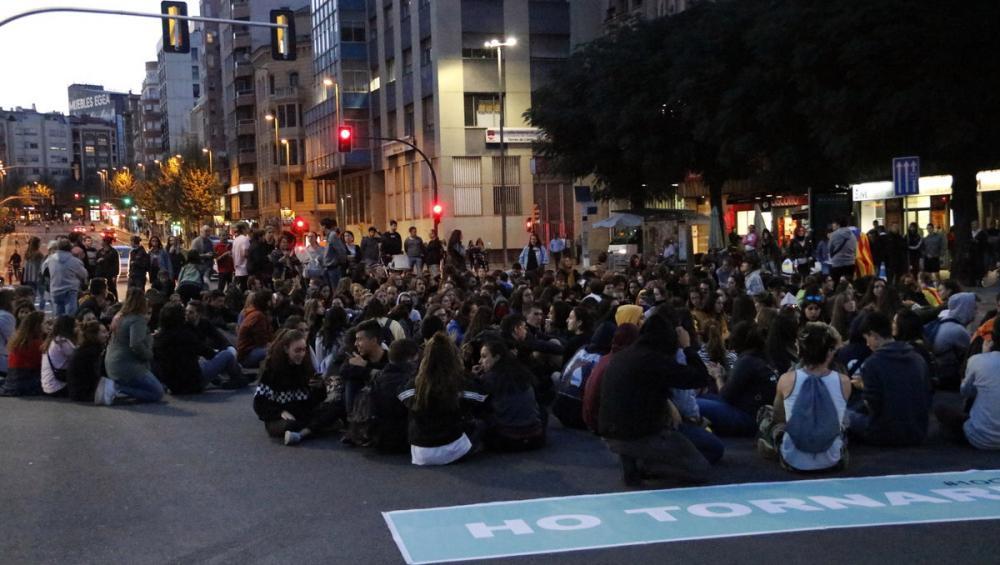 Alguns dels manifestants, asseguts aquest vespre al carrer