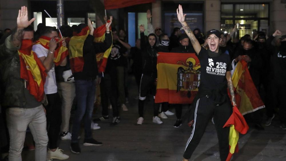 Una jove fa la salutació feixista, aquest dijous a Barcelona