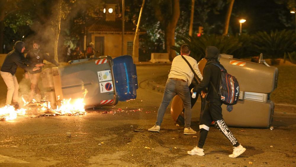 Contenidors cremant a la zona de Correus, durant les protestes d'aquesta setmana