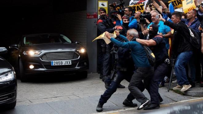 Un grup de manifestants increpa la comitiva de Pedro Sánchez, aquest dilluns a la sortida de l'hospital de Sant Pau