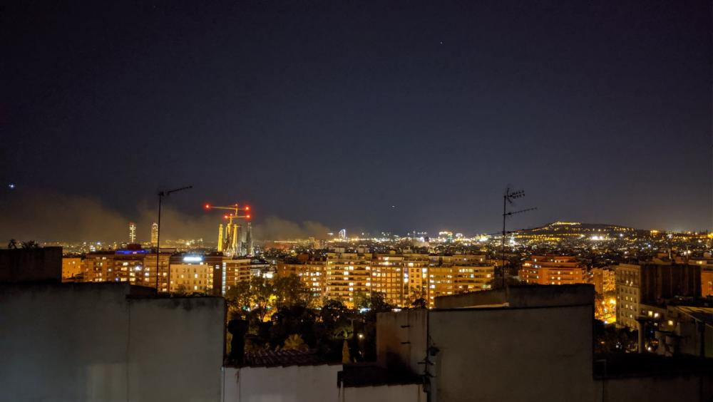 Vista panoràmica del centre de Barcelona, durant els aldarulls del passat dimecres a la nit
