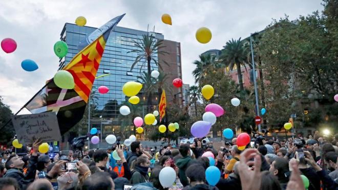 Imatge de la concentració davant la conselleria d'Interior, aquest dilluns a Barcelona