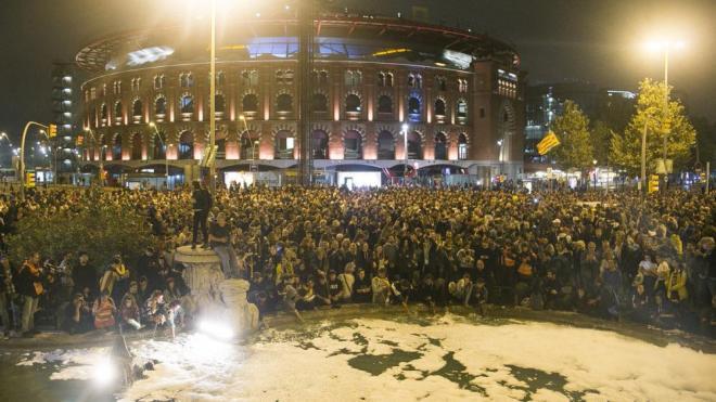 La font de la plaça d'Espanya, plena d'escuma arran de la protesta dels CDR