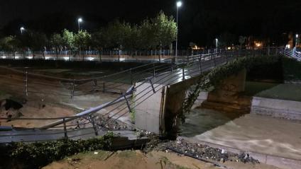 La passarel·la de la riera d'Alforja de Cambrils que connecta el barri del Pinaret amb el de Nou Cambrils, trencada per la força de l'aigua que ha caigut aquest dimarts