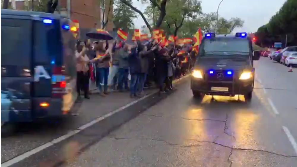 Les furgones de la UIP, ovacionades a Moratalaz