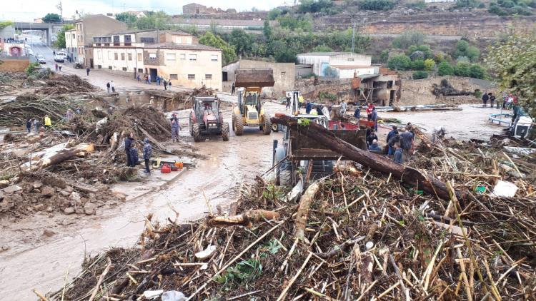 Tractors intentant netejar els desperfectes per la crescuda del riu Francolí, a l'Espluga de Francolí