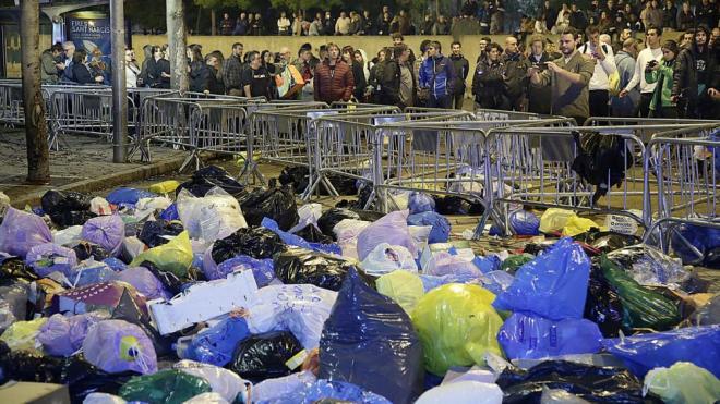 Els manifestants han omplert d'escombraries el perímetre de la subdelegció, aquest dimecres a Girona