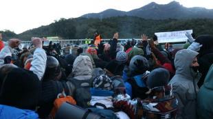 Manifestants del tall a l'AP-7 alcen les mans davant al policia francesa, aquest dimarts al matí
