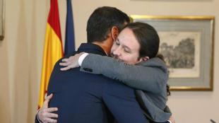 Pedro Sánchez i Pablo Iglesias s'abracen després de signar l'acord, aquest dimarts