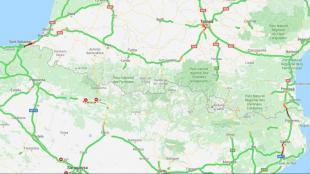 El col·lapse de l'AP-8 a Irún (esquerra) ha coincidit amb un nou tall de l'AP-7, a Girona