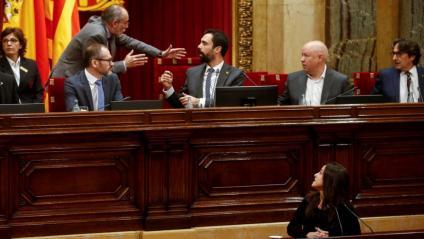 El lletrat major del Parlament, Joan Ridao, conversa amb el president Roger Torrent durant la intervenció de la diputada de la CUP María Sirvent