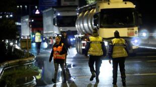 Agents de la policia francesa, a la frontera entre els estats espanyol i francès al País Basc
