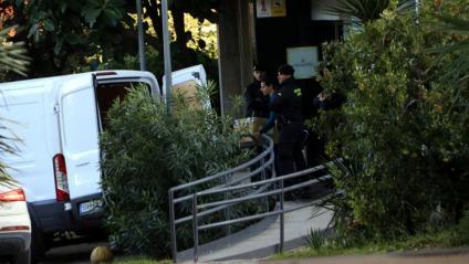 Agents de la Guàrdia Civil carreguen caixes en   una furgoneta, durant l'escorcoll a la seu de la Secretaria General de l'Esport