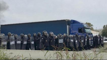Policia al desallotjament de l'AP-7 a Salt