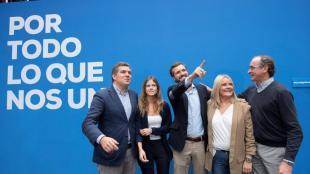 El president del PP, Pablo Casado, amb els candidats del partit al País Basc, per Guipúscoa, Iñigo Arcauz (e), per Biscaia, Beatriz Fanjul (2e), por Àlaba, Mari Mar Blanco (2d) i el President del PP basc, Alfonso Alonso (d), durant un acte electoral a Vitòria el passat 1 de novembre