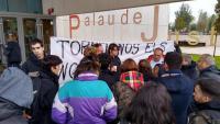 Familiars i amics del jove empresonat, aquest dimecres a les portes de l'Audiència de Girona