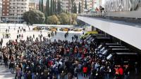 Furgonetes policials i manifestants a l'exterior de l'estació de Sants de Barcelona, aquest dissabte