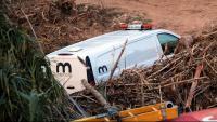 Un furgoneta dels serveis funeraris, aquest dissabte a  la zona de Montblanc on s'han trobat les restes