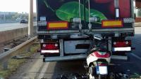 Imatge de la moto on viatjava la víctima, encastada al camió implicat en l'accident