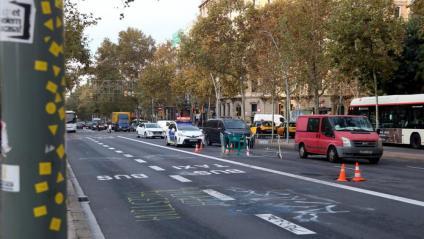 El trànsit a la Gran Via, restablert aquest dimecres després del desallotjament de l'acampada a la plaça Universitat de Barcelona