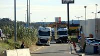 Camions aparcats als vorals, la setmana passada durant el tall de l'N-II i l'AP-7 a la Jonquera