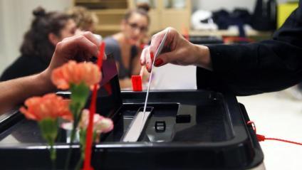 Una dona diposita el seu vot a la consulta sobre la independència, l'1 d'octubre de 2017