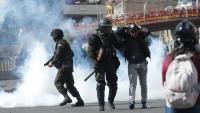 Agents de la policia boliviana, reprimint dijous a La Paz una marxa fúnebre per les víctimes d'enfrontaments amb els cossos de seguretat