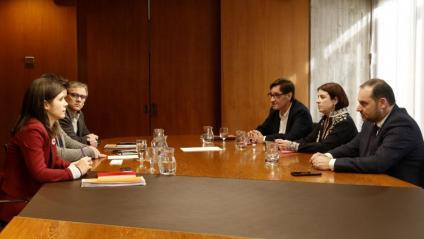 Els membres dels dos equips negociadors a la reunió