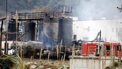 Efectius dels Bombers, treballant aquest dimecres a la indústria on s'ha declarat l'incendi
